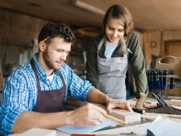 Small business owner trains employee that confidence is a one of the key characteristics of small business owners.